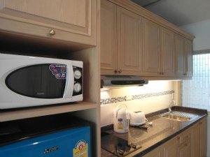 公寓内有微波炉和冰箱