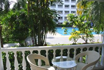 Вид на бассейн с балкона квартиры
