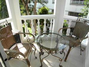 Балкон с видом на тропический сад