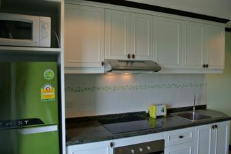 完整的厨房并附带微波炉