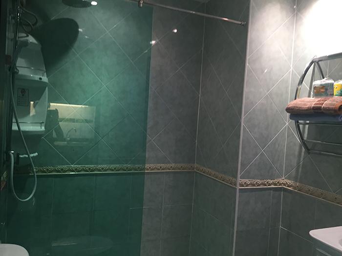 带淋浴的浴室