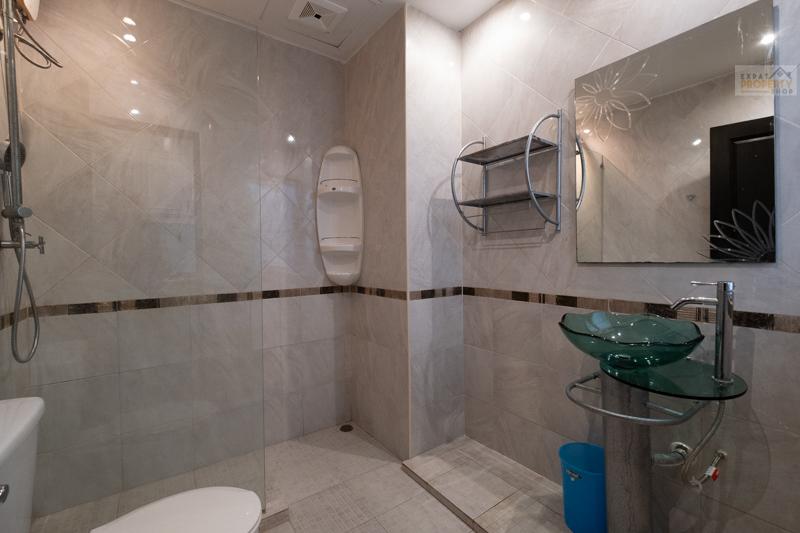 Grosses Modernes Badezimmer