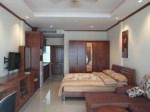 Двуспальная кровать и мягкий диван