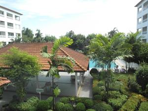 Вид из квартиры на бассейн