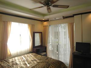 Уютная спальня с балконом