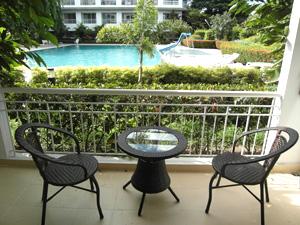 Вид на бассейн с балкона