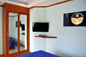 Télé et Armoire Dans Chaque Chambre