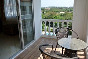 Balcon Avec Table et Vue Dehors