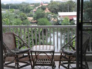 Вид на озеро с балкона