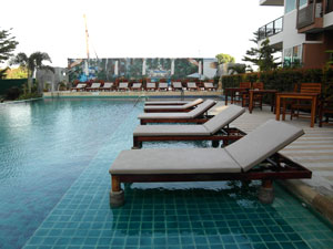 Sonnenbaden am Pool