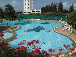 Огромный чистый бассейн