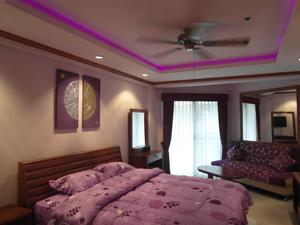 Квартира выполнена в фиолетовом цвете