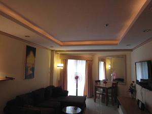 Гостиная, потолки с оранжевой подсветкой