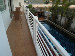 Балкон с видом на бассейн