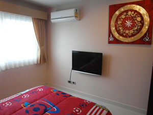 В спальне есть телевизор