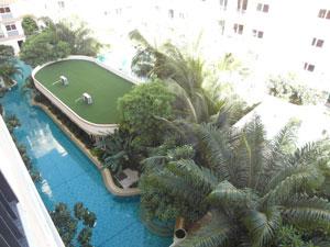 Вид с балкона на бассейн-лагуну