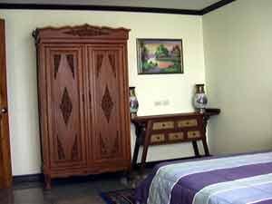 Grand Armoire Dans la Deuxieme Chambre