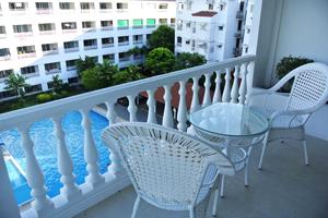 Вид с балкона на бассейн